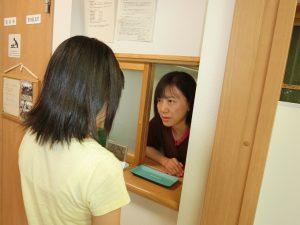 施術後には受付でお会計と次回の予約をしていただきます。