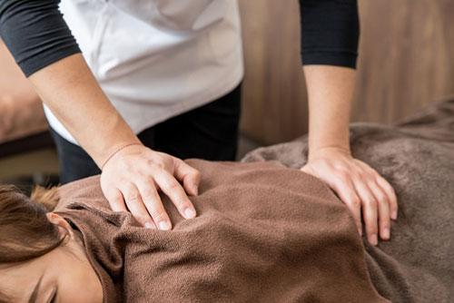 身体への負担が少ない施術で歪みを整えて症状を改善します
