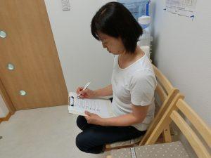 問診票に痛む個所や痛みの出た時期などをご記入いただきます。