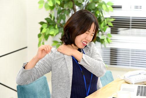 肩の辛い痛みに悩む女性
