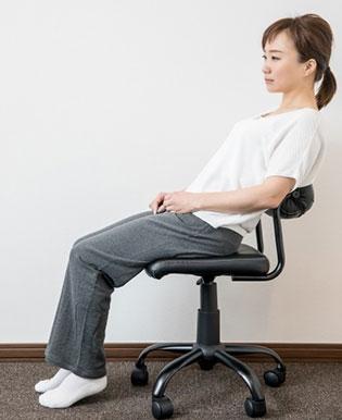 座る時の姿勢の悪さも骨盤が歪む原因になります