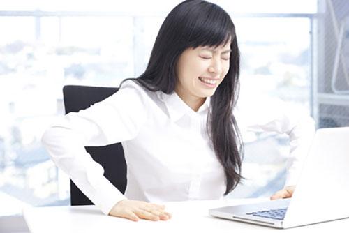 ぎっくり腰の辛い症状に悩む女性