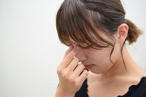 眼精疲労の辛い症状に悩む女性