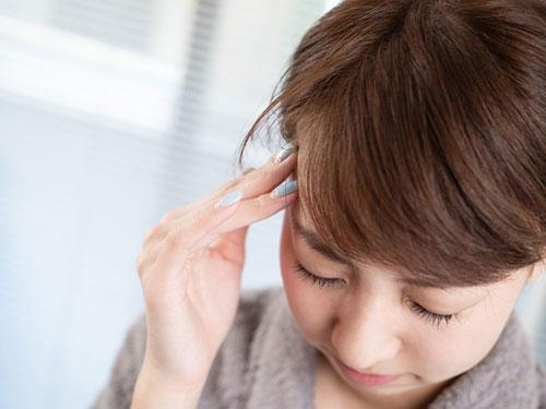 姿勢の悪さや目の疲れも頭痛の原因になります